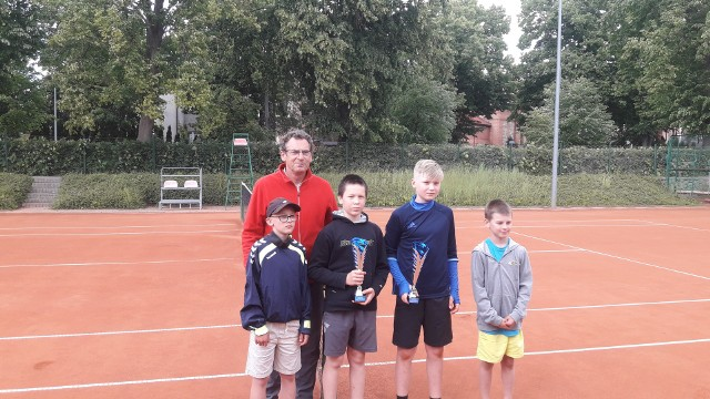 Józef Szpakowski ze Szczecinka oraz młodzi adepci tenisa. Mimo ograniczeń, turniejowych emocji nie zabrakło