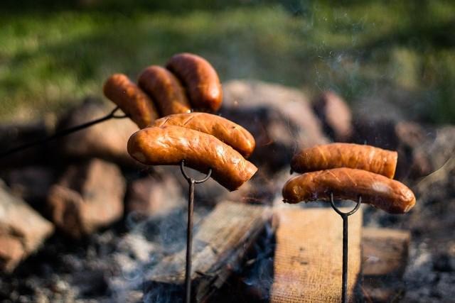 Cena za kg mięsa spadła już o złotówkę, straty wizerunkowe polskiej wołowiny są nie do oszacowania. Historia bulwersujących praktyk ubojni koło Ostrowi Mazowieckiej odbija się echem w całej Europie. Kolejne kraje podkreślają - nie mamy już zaufania do mięsa znad Wisły. To, co ujawniono ostatnio w Polsce, to jednak nie jedyny przypadek w Europie, gdy ktoś chciał bezczelnie zarobić na mięsie. Zebraliśmy dla Was kilka przykładów.Niemiecki biznesmen zakupił w miejscowości Bad Bentheim tony zepsutego mięsa. Zlecił wymieszać je ze świeżym, i zamienić etykiety. Tak kręcił swój interes. Sześć lat temu aferę ujawniła niemiecka telewizja państwowa, prokuratura w Oldenburgu wszczęła śledztwo. Jeden ze świadków wskazał, że przerabiane było nawet zielone mięso - powstawały z niego głównie kiełbaski drobiowe. Ponadto, w badanych próbkach mięsa wykryto bakterie kałowe. Na kolejnych stronach znajdziecie inne historie - z kraju, ale także spoza jego granic. Czytaj też: Kontuzjowane krowy przerabiane na kiełbasę, ten temat od dawna zamiata się pod dywanSzef MSZ - Polskie mięso słynie w UE ze swojej jakości i to się nie zmieniło:
