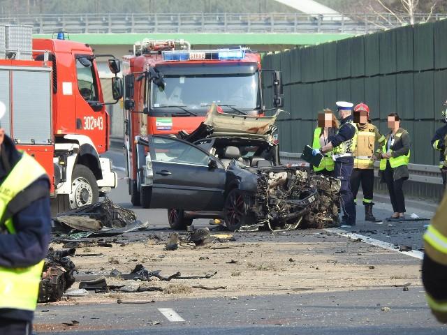 Wypadek na DK19. Czołowe zderzenie ciężarówki z oplem