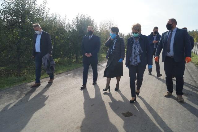 Wyremontowane drogi w ostatnich dniach odebrały władze gminy z burmistrz Aleksandrą  Klubińską, przedstawiciele wykonawcy oraz  poseł Marek Kwitek.
