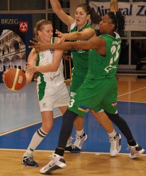 Eliza Gołumbiewska (z lewej) nie miała łatwego zadania w konfrontacji z wyższymi rywalkami.