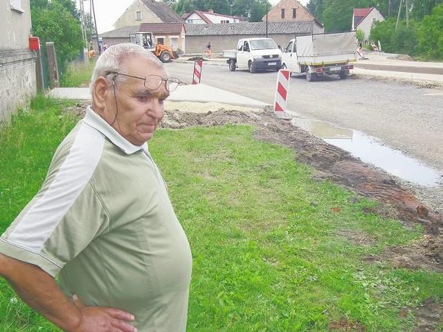 - Czy dobrze wybudowali tę drogę? - pyta Jan Kurzownik, który martwi się, że woda zacznie mu teraz podtapiać piwnicę.