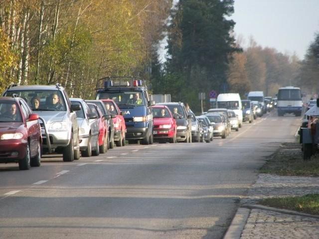 Droga przy cmentarzu przy ul. Suchowolca, 1 listopada, ok. godz. 15