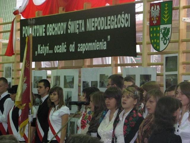 """Powiatowe Obchody Świeta Niepodleglości w ostrowskim """"ekonomiku"""" - Katyn ... ocalic od zapomnienia."""