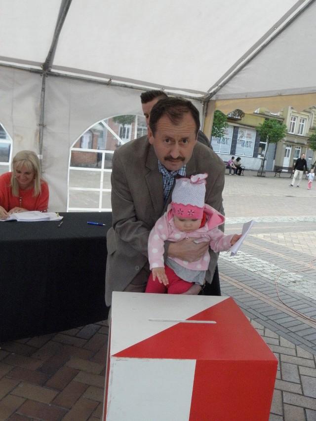 Prawybory to lekcja demokracji. Nawet maluchy - takie jak wnuczka Jacka Kowalika - mają szansę wziąć w nich udział...