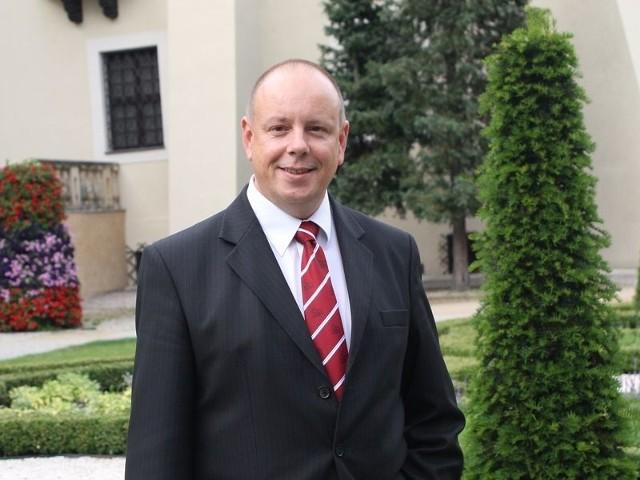 Prezes Tomasz Ziomek w otoczeniu wartym promocji.