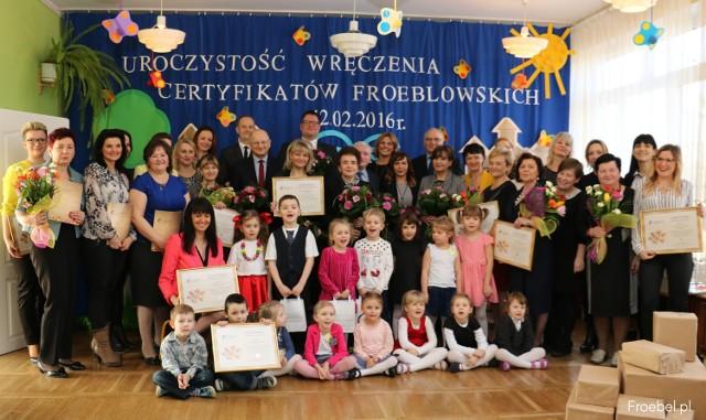 W uroczystym wręczeniu certyfikatów wzięli udział wychowawcy i przedszkolaki
