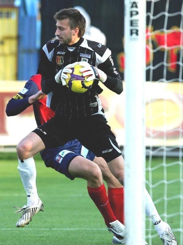 """Paweł Zarzycki miał sporo piłkarskiego szczęścia i dlatego puścił """"tylko"""" dwie bramki."""