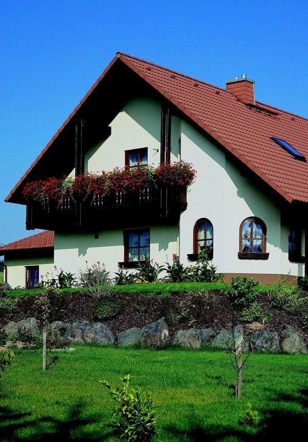 Dom z nietypowymi oknamiOkna są elementem dekoracyjnym w domu. Możemy dowolnie zestawiać standardowe i nietypowe kształty, dzięki czemu nasz dom będzie wyglądał stylowo i oryginalnie. Nietypowe okna można montować w wielu pomieszczeniach, warto jednak starannie dopasować ich kształt do konkretnego miejsca.