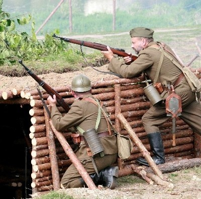 Zgodnie z kartami historii, Niemcy zaatakowali od strony rzeki, a wojska polskie (na zdj.) odpierały atak spod schronu.