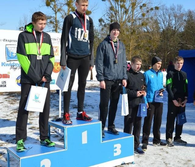 Damian Sator (pierwszy z prawej) zajął szóste miejsce na Mistrzostwach Polski Juniorów Młodszych.
