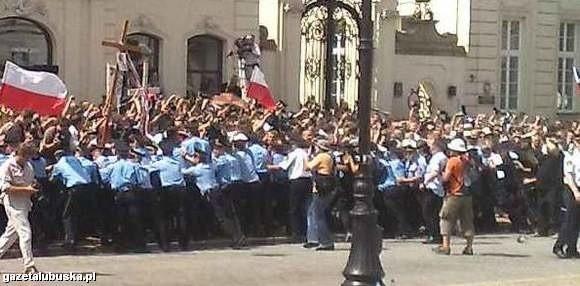 We wtorek przed Pałacem Prezydenckim ustawiane były barierki, które miały uniemożliwić dojście w okolice krzyża.