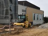 Libiąż. Kolejny etap budowy krytej pływalni. Budynek zyskał elewację. Koniec budowy coraz bliżej [ZDJĘCIA]