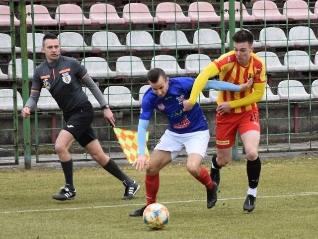 Koniec sezonu w trzeciej lidze. Żaden zespół nie spada. Na zdjęciu fragment derbowego meczu Korony II Kielce z Wisłą Sandomierz.
