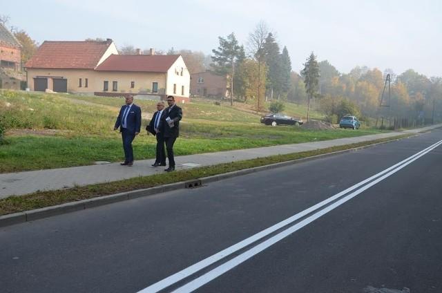 Zdjęcie z wizytacji na wyremontowanej ulicy Karola Miarki w Pszowie