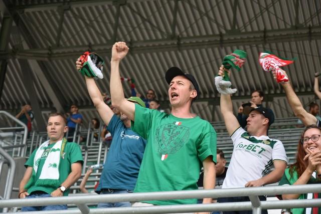 ŚLĄSK WROCŁAW - POGOŃ SZCZECIN 2:2 Wynik 12.07.2020 - kibice Śląska WrocławPonad 5,5 tys. kibiców oglądało niedzielny mecz Śląska z Pogonią na Stadionie Wrocław. Trzeba powiedzieć, że w zdecydowanej większości starali się zachować dystans między sobą na trybunach. Początek meczu nie zwiastował emocji, ale potem zwodnicy obu drużyn wynagrodzili to fanom czterema golami. Niestety, WKS tylko zremisował, czym właściwie pozbawił się szans na podium Ekstraklasy. BYŁEŚ W NIEDZIELĘ NA MECZU? ZNAJDŹ SIĘ NA ZDJĘCIACH!WAŻNE - DO KOLEJNYCH ZDJĘĆ MOŻNA PRZEJŚĆ ZA POMOCĄ GESTÓW LUB STRZAŁEK