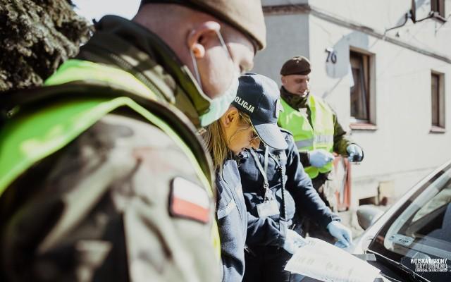 Wspólne działania służb medyczny oraz żołnierzy i policjantów mają na celu ograniczenie rozprzestrzeniania się koronawirusa.