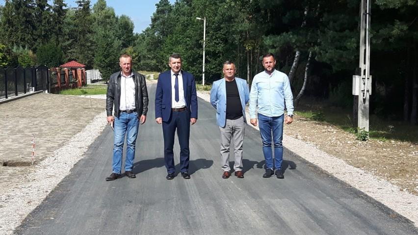 We wrześniu na terenie gminy Sobków zostało zakończonych i oddanych do użytku aż 13 odcinków dróg gminnych i wewnętrznych. Łączna długość objętych remontem odcinków dróg wyniosła 1 217 metrów. Całkowity koszt inwestycji to 442 493 złote.Inwestycja została sfinansowana z budżetu gminy Sobków, przy czym drogi w miejscowościach Chomentów, Staniowice, Żerniki/Choiny i Miąsowa wyremontowane zostały przy udziale pieniędzy z funduszu sołeckiego.Wykonawcą robót była firma ALBUD Roboty Brukarskie i Drogowe z Oblęgorka. W odbiorze brali udział: Tomasz Chaja - wójt gminy Sobków, Piotr Borkowski - kierownik referatu Budownictwa, Planowania Przestrzennego, Inwestycji i Drogownictwa, a także pracownicy tego referatu: Tomasz Banaszek i Wojciech Biały w obecności inspektora nadzoru Sebastiana Wawrzeńczyka i właściciela Firmy ALBUD pana Pawła Bednarczyka.Gdzie i które drogi zostały zrobione? Zobaczcie na kolejnych slajdach >>>>