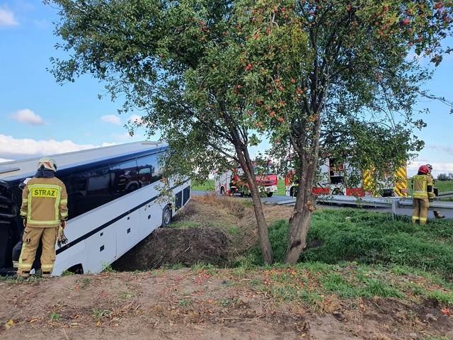 Autokarem podróżowało 31 dzieci i 5 opiekunów. Do wypadku doszło krótko po godz. 10 w Wytrębowicach w powiecie toruńskim