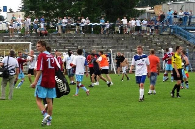 Kibice Igloopolu po meczu z Pogórzem wtargnęli na murawę.