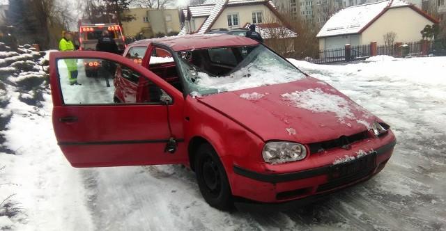 Rozbity volkswagen polo stał przy ul. Braniborskiej przez kilka miesięcy.