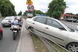 Wrocław: Wypadek na Brucknera. Ciężarówka zepchnęła seata na barierki (ZDJĘCIA)