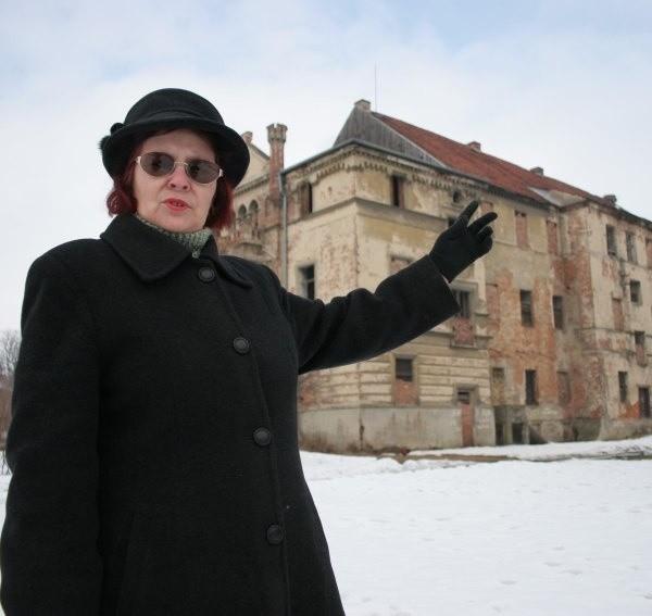 - Do pałacu każdy może wejść, bo ktoś ukradł kłódkę z drzwi, mimo to nie widać tu śladów dewastacji - zapewnia Irena Lesiak, sołtys Kazimierza.