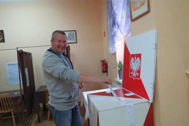Sebastian Sobieraj pojawił się w lokalu wyborczym nr 5 kilkanascie minut po godz. 7