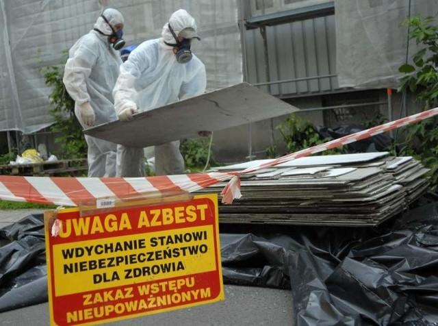 Unieszkodliwianiem azbestu mogą się zajmować wyłącznie wyspecjalizowane firmy.Unieszkodliwianiem azbestu mogą się zajmować wyłącznie wyspecjalizowane firmy. Usunięcie 1 metra kwadratowego eternitu kosztuje 15-20 zł, a utylizacja na specjalnym wysypisku 600 zł za tonę.