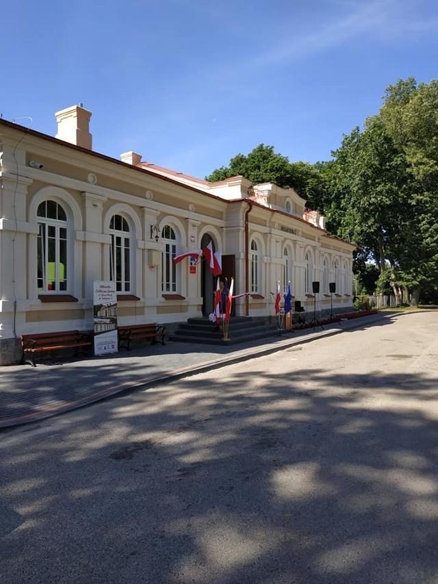 Po remoncie dworzec znowu służy podróżnym i jest siedzibą biblioteki gminnej. Z czasem przeniesiony tam zostanie również Gminny Ośrodek Upowszechniania Kultury.