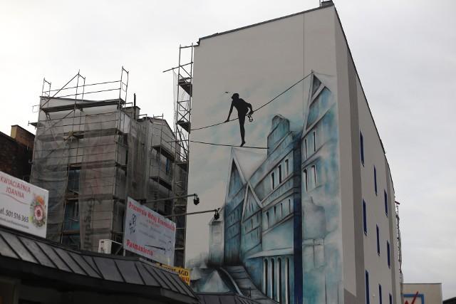 Mural na ulicy Małachowskiego 36 w Sosnowcu przedstawia linoskoczka, który przechodzi między kamienicami