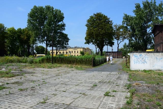 Ponieważ prace będą prowadzone nie tylko pod torami, ale również przy ulicy Magazynowej (w miejscu tymczasowego parkingu), parkowanie samochodów będzie możliwe na terenie wyznaczonym po lewej stronie ulicy Magazynowej jadąc od ulicy Dworcowej