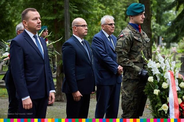 Marszałek Województwa Podlaskiego - Artur Kosicki złożył we środę (1.09) kwiaty przy Pomniku Żołnierzy Polskich na Cmentarzu Wojskowym przy ul. 11 Listopada w Białymstoku. Upamiętnił w ten sposób 82. rocznicę wybuchu II wojny światowej.