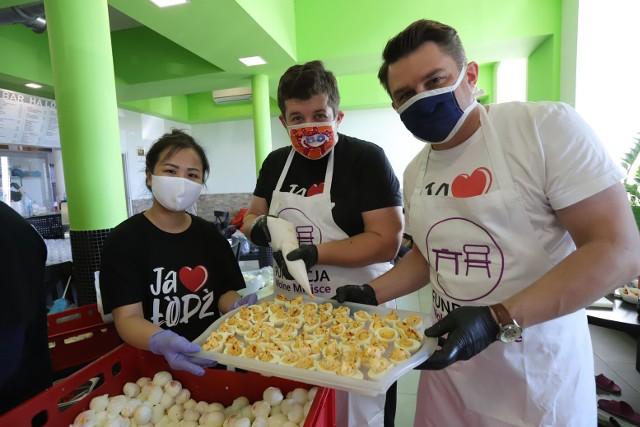 Lilly Tran, właścicielka sieci restauracji Ha Long bierze udział w przygotowaniu Śniadania Wielkanocnego dla samotnych.