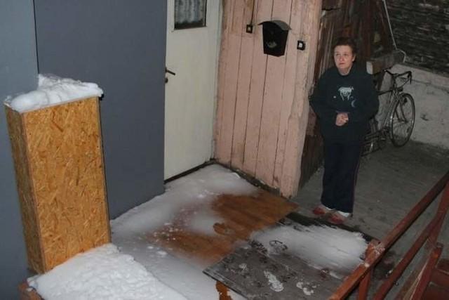 - Przez dziurawy dach w naszym budynku śnieg pada na strych - mówi pani Elżbieta, mieszkanka kamienicy przy ul. 1 Maja. (fot. Radosław Dimitrow)