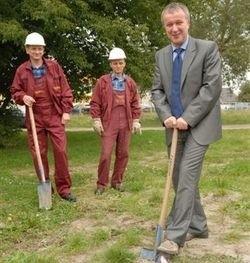 Jeśli wszystko dobrze pójdzie, tu, gdzie Janusz Kotowski wbił wczoraj pierwszy szpadel w ziemię, za dwa lata stanie aqua park