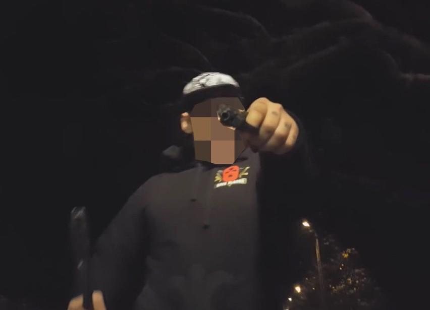 Raperzy nawoływali do nienawiści. Policjanci zatrzymali autorów antyimigranckiego teledysku [FOTO]