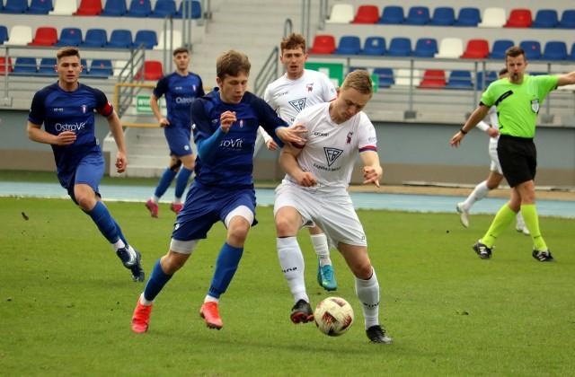 Fragment meczu Broń - Olimpia. Z prawej Michał Wrześniewski, zdobywca gola