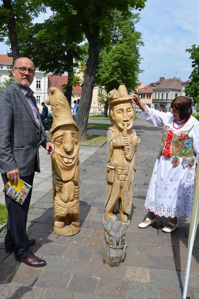 Zuzanna Wędzicha i Kazimierz Job przy jego rzeźbach