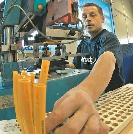 Na taśmie produkcyjnej przesuwają się tysiące długopisów, na których pracownicy Senatora, jak Aleksander Metera, wykonują zamówione przez klienta nadruki