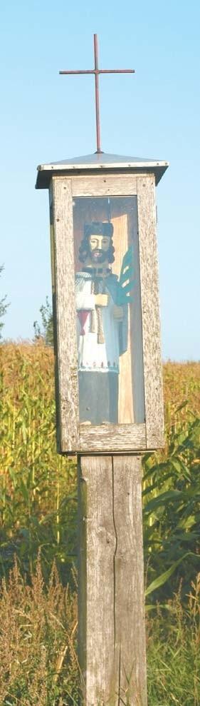 Przy okolicznych drogach możnaznaleźć masę rzeźb. Najwięcej wśródnich jest tych, które przedstawiają św.Jana Nepomucena.Według tradycjiludowej chroni on pola przed powodzią.Dlatego też jego figurki można spotkaćprzy rzekach czy mostach. Ta na zdjęciustoi przy wsi Nowa Ruda.