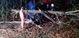 Roztrzaskał bmw koło Dobroszowa Wielkiego pod Nowogrodem Bobrzańskim. Ranny kierowca uciekł innym samochodem [ZDJĘCIA]