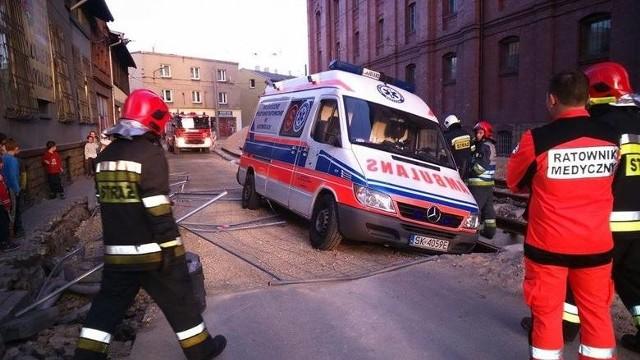 - Kierowca karetki przejeżdżając przez teren remontu torowiska na ulicy Obrońców Westerplatte nie zachował należytej ostrożności i wpadł lewym kołem to 40 cm wykopu - informują strażacy.