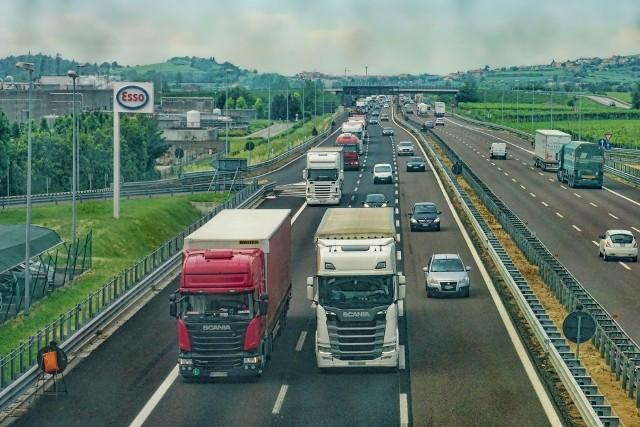 Najwięcej może zarobić kierowca ciężarówki. W artykule znajdziesz szczegóły zarobków i inne oferty