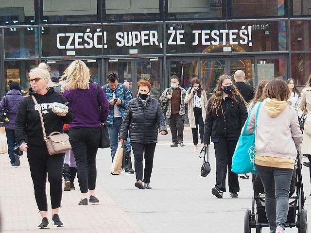 We wtorek po ponad miesiącu zostały ponownie otwarte centra handlowe. Jeszcze przed południem pojawiły się w nich tłumy klientów. Kolejki tworzyły się w sklepach odzieżowych i obuwniczych, a także w marketach budowlanych i sklepach meblowych.Większość sklepów i punktów w centrach handlowych została zamknięta 20 marca. Początkowo miały być nieczynne do 9 kwietnia, ale obostrzenie przedłużano kilka razy. Do otwarcia doszło we wtorek 4 maja. I na ten moment czekało wiele osób.Czytaj dalej