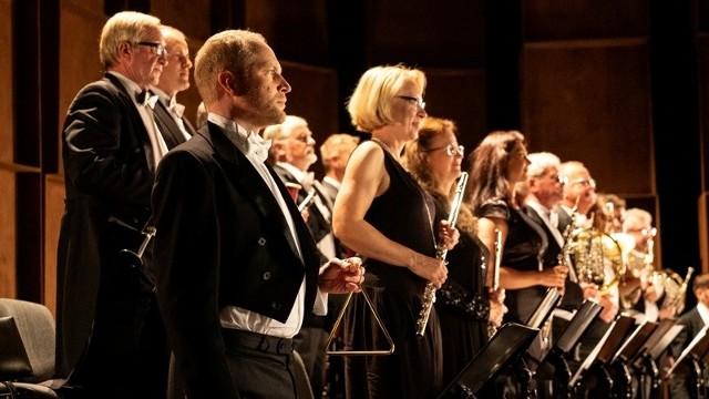Piotr Adamczyk, jako Robert Turski, muzyk filharmonii. W scenach muzycznych zagrała wraz z nim orkiestra słupskiej filharmonii Sinfonia Baltica.