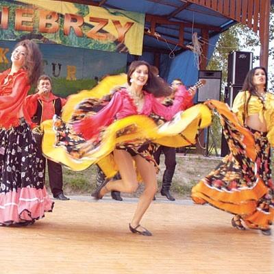 Tancerki z Art Studio Rada w żywiołowym romskim tańcu
