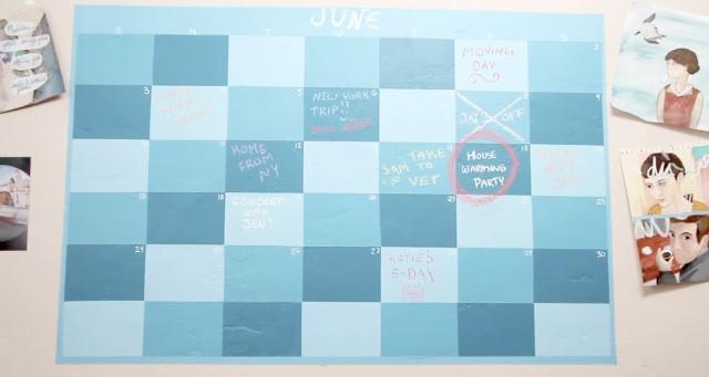 Farba tablicowa w formie kalendarzyka na ścianieFarbą tablicową można stworzyć na ścianie miejsce do prowadzenia notatek.