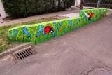 KRUK pomalował murek. Znany jest nie tylko z dużych murali ZDJĘCIA