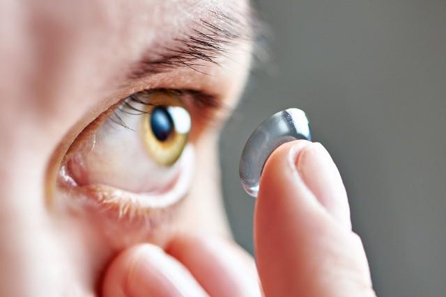 Szybkie zakładanie soczewek kontaktowych to kwestia wprawy – po pewnym czasie nie jest potrzebne nawet lusterko.